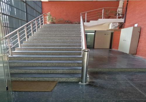 प्रथम तल से सीढ़ियाँ